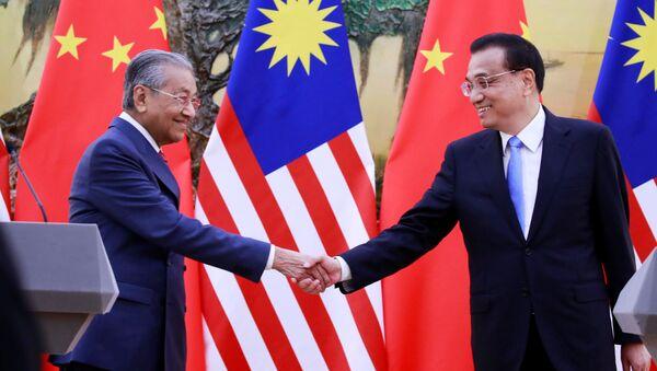 Thủ tướng Malaysia Mahathir Mohamad và Thủ tướng Trung Quốc Lý Khắc Cường tại cuộc gặp ở Bắc Kinh, Trung Quốc - Sputnik Việt Nam