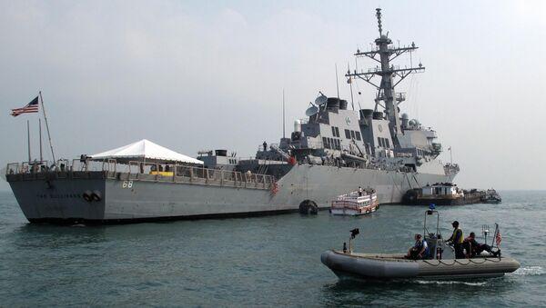 A patrol boat guards the USS The Sullivans (DDG-68) - Sputnik Việt Nam