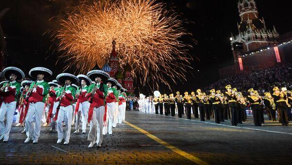 Pháo hoa chào mừng khai mạc Festival quân nhạc Tháp Spasskaya lần thứ XI trên Quảng trường Đỏ ở Moskva - Sputnik Việt Nam