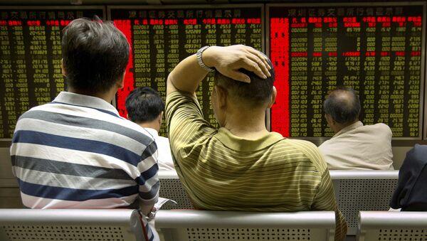 Các nhà đầu tư Trung Quốc trước bảng giá cổ phiếu trên thị trường chứng khoán Bắc Kinh - Sputnik Việt Nam