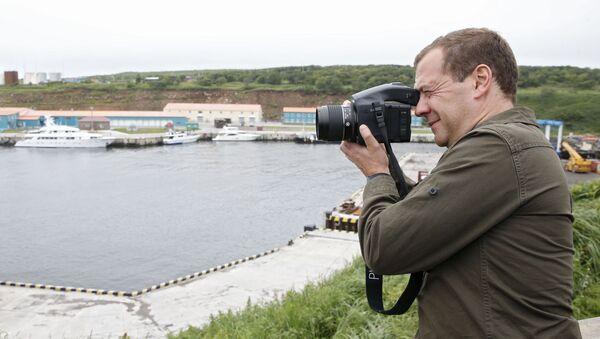 """Ngày 22 tháng Tám năm 2015. Thủ tướng Nga Dmitry Medvedev thăm trạm Kurilsky ở làng """"Kitovyi"""" trên đảo Iturup, thuộc quần đảo Kuril. - Sputnik Việt Nam"""