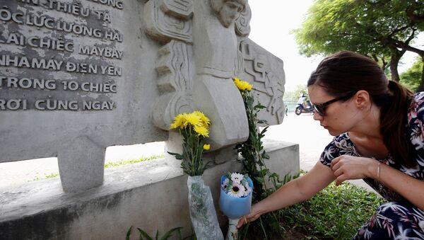 Người dân đặt hoa tưởng niệm Thượng nghị sĩ McCain bên hồ Trúc Bạch - Sputnik Việt Nam