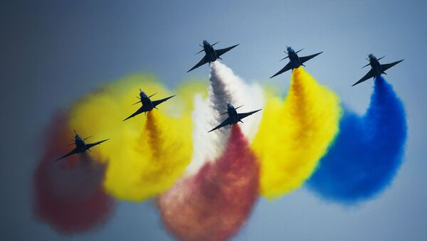 """Nhóm phi công biểu diễn của Trung Quốc """"Ngày 1 tháng Tám"""" trên tiêm kích đa mục đích 6xJ-10 thế hệ thứ tư tại lễ bế mạc diễn đàn """"Quân đội-2018"""" - Sputnik Việt Nam"""