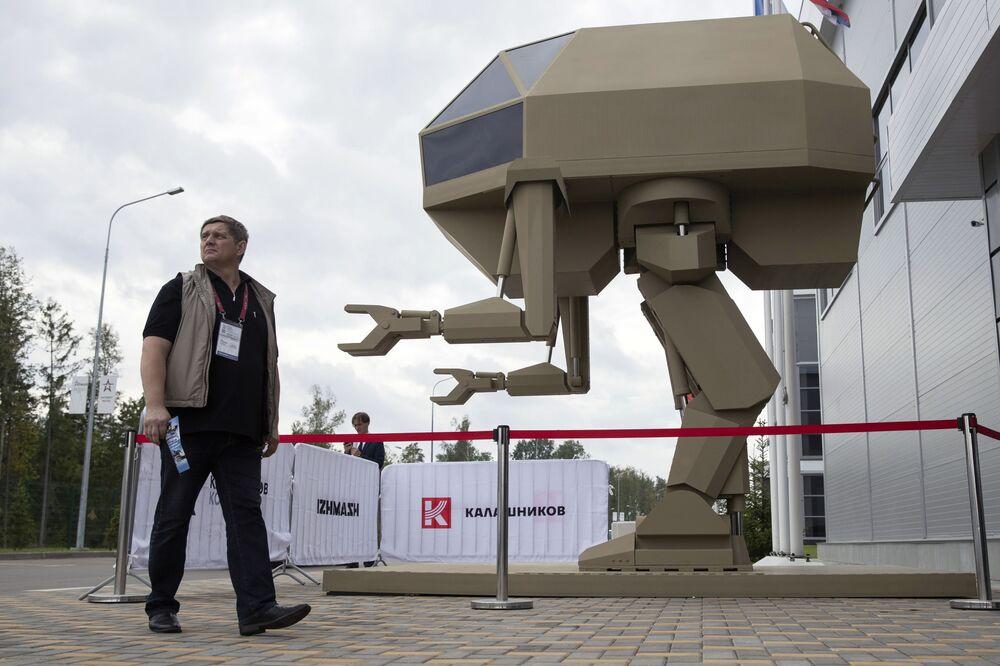 """Robot biết đi thẳng người điều khiển được, phát triển của tập đoàn Kalashnikov tại triển lãm """"Quân đội Nga-ngày mai"""" trong khuôn khổ diễn đàn kỹ thuật quân sự quốc tế lần thứ Tư """"Quân đội-2018"""""""