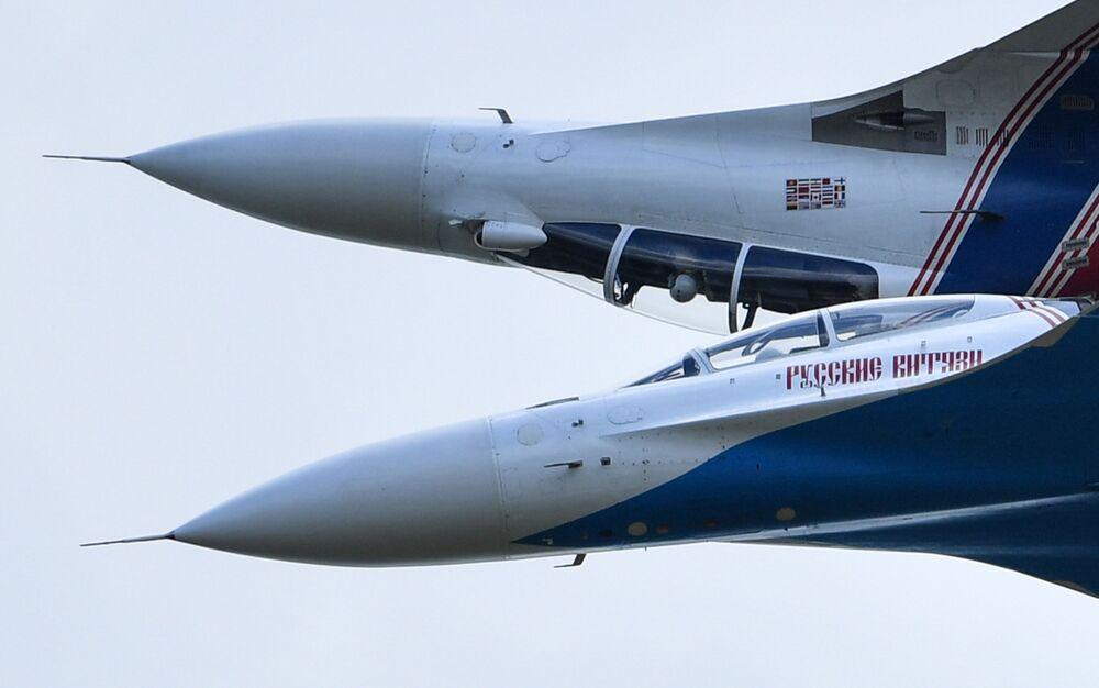 """Tiêm kích đa mục đích Su-30SM của nhóm phi công biểu diễn Hiệp sĩ Nga trong buổi bay trình diễn trong khuôn khổ diễn đàn kỹ thuật quân sự quốc tế lần thứ Tư """"Quân đội-2018"""""""