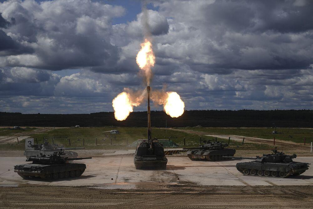 """Xe tăng Т-90 và hệ thống lựu pháo tự hành Msta-S trong buổi trình diễn động trong khuôn khổ diễn đàn kỹ thuật quân sự quốc tế lần thứ Tư """"Quân đội-2018"""""""