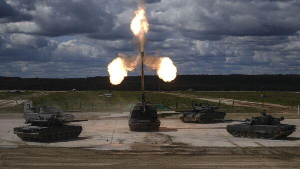 """Xe tăng Т-90 và hệ thống lựu pháo tự hành Msta-S trong buổi trình diễn động trong khuôn khổ diễn đàn kỹ thuật quân sự quốc tế lần thứ Tư """"Quân đội-2018""""  - Sputnik Việt Nam"""