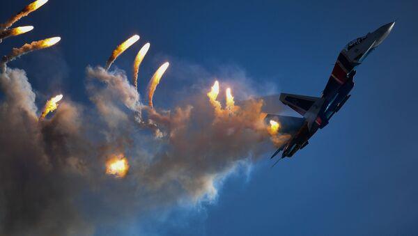 """Tiêm kích đa mục đích Su-30SM của nhóm phi công biểu diễn Hiệp sĩ Nga tại lễ bế mạc diễn đàn """"Quân đội-2018"""" - Sputnik Việt Nam"""
