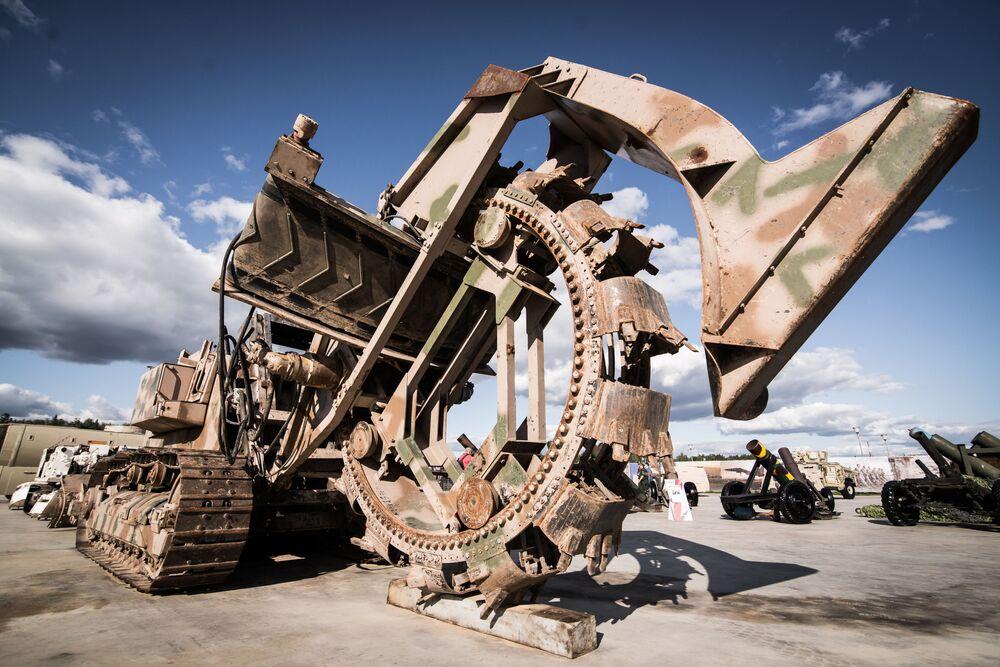 """Máy xúc 30 tấn được giới thiệu tại triển lãm vũ khí thu được của phiến quân ở Syria trong khuôn khổ diễn đàn kỹ thuật quân sự quốc tế lần thứ Tư """"Quân đội-2018"""""""