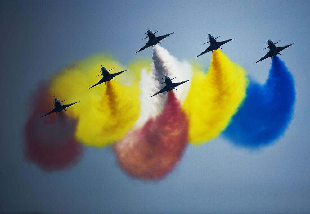 """Nhóm phi công biểu diễn của Trung Quốc """"Ngày 1 tháng Tám"""" trên tiêm kích đa mục đích 6xJ-10 thế hệ thứ tư tại lễ bế mạc diễn đàn """"Quân đội-2018"""""""