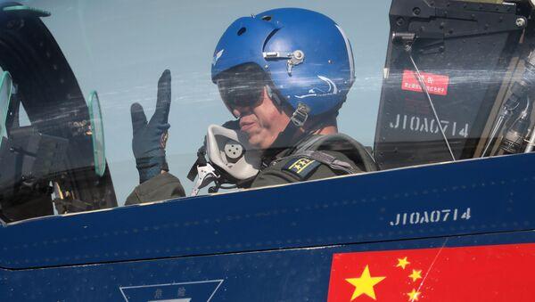 """Nhóm phi công biểu diễn của Trung Quốc """"Ngày 1 tháng Tám"""" trên tiêm kích đa mục đích 6xJ-10 thế hệ thứ tư trong khuôn khổ diễn đàn kỹ thuật quân sự quốc tế lần thứ Tư """"Quân đội-2018""""  - Sputnik Việt Nam"""