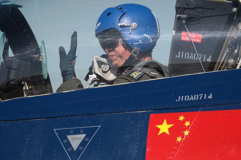 """Nhóm phi công biểu diễn của Trung Quốc """"Ngày 1 tháng Tám"""" trên tiêm kích đa mục đích 6xJ-10 thế hệ thứ tư trong khuôn khổ diễn đàn kỹ thuật quân sự quốc tế lần thứ Tư """"Quân đội-2018"""""""