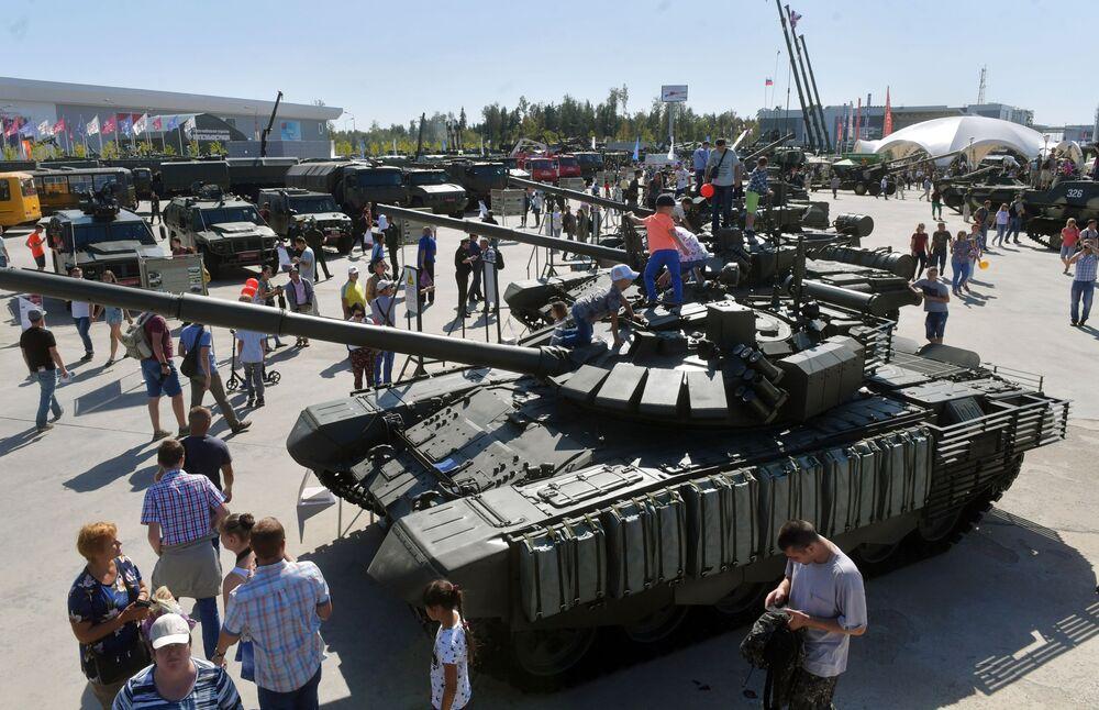 """Người xem bên cạnh xe tăng Т-72 tại diễn đàn kỹ thuật quân sự quốc tế lần thứ Tư """"Quân đội-2018"""""""