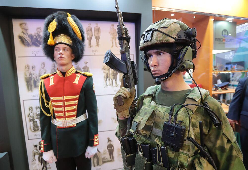 """Tường giới thiệu quân phục cho các cơ quan công lực tại triển lãm """"Quân đội Nga-ngày mai"""" trong khuôn khổ diễn đàn kỹ thuật quân sự quốc tế lần thứ Tư """"Quân đội-2018"""""""
