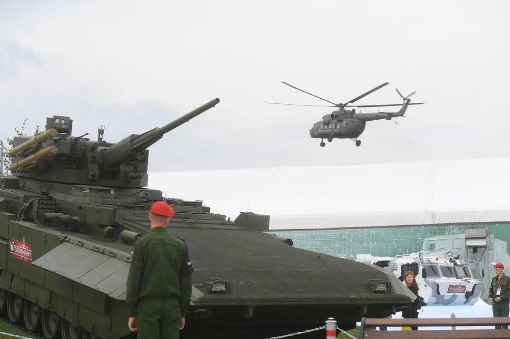"""Xe bọc thép tiềm năng của Nga trên nền bánh xích tổng hợp «Аrmata» Т-15 tại triển lãm """"Quân đội Nga-ngày mai"""" trong khuôn khổ diễn đàn kỹ thuật quân sự quốc tế lần thứ Tư """"Quân đội-2018"""""""