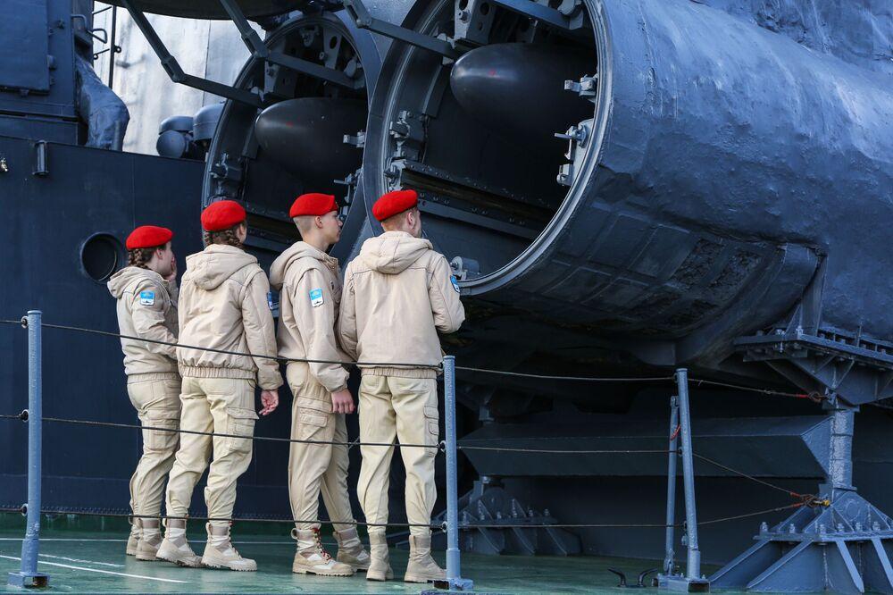 """Các thành viên của phong trào xã hội quân sự yêu nước đang ngắm tổ hợp tên lửa chống tàu P-120 """"Malakhit"""" trên tàu tên lửa cỡ nhỏ """"Aisberg"""