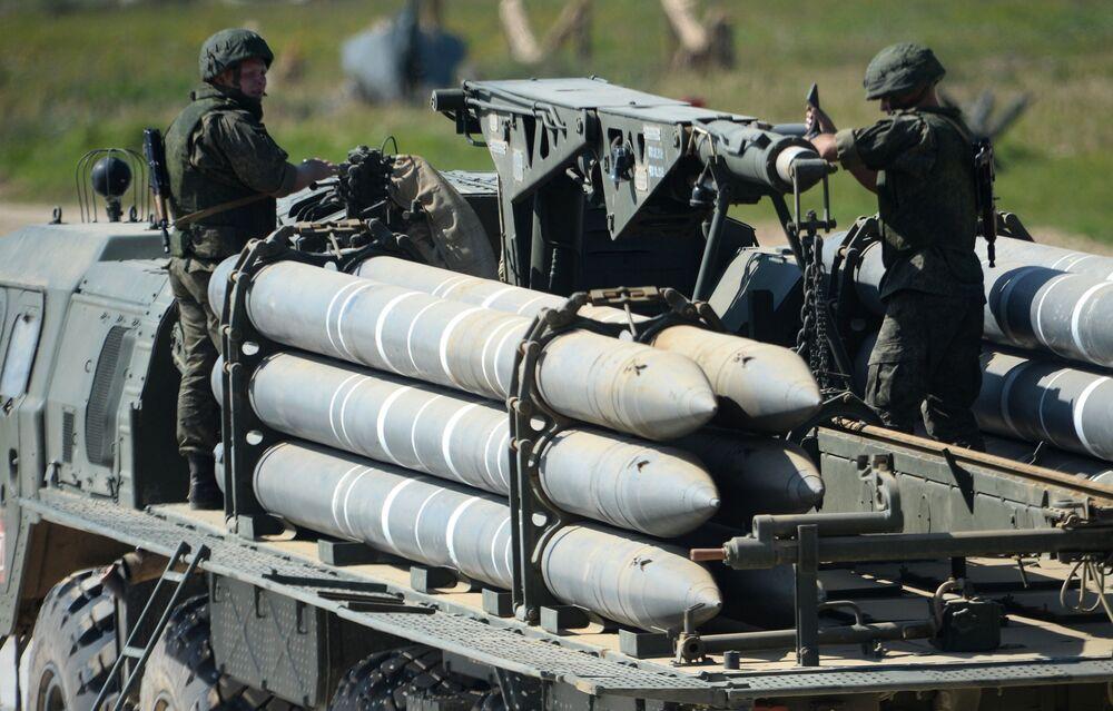 """Các quân nhân đang xem trình diễn động các mẫu hình vũ khí tiềm năng trong khuôn khổ diễn đàn kỹ thuật quân sự quốc tế lần thứ Tư """"Quân đội-2018"""""""