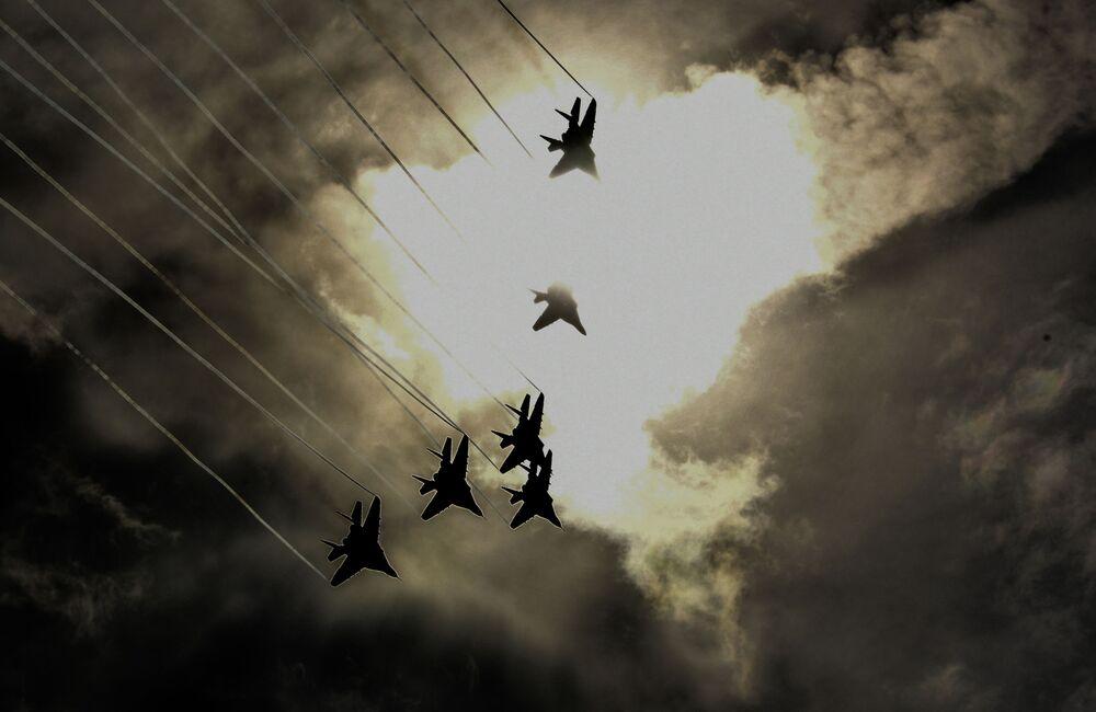 """Tiêm kích MiG-29 của nhóm phi công biểu diễn Strizhi (Chim én) trong các cuộc bay trình diễn trong khuôn khổ diễn đàn kỹ thuật quân sự quốc tế lần thứ Tư """"Quân đội-2018"""""""