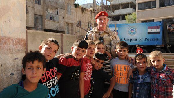 Trẻ em Syria chụp ảnh với một người lính Nga - Sputnik Việt Nam