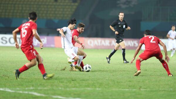 Công Phượng luôn nhận được sự chăm sóc của các cầu thủ Olympic Syria. - Sputnik Việt Nam