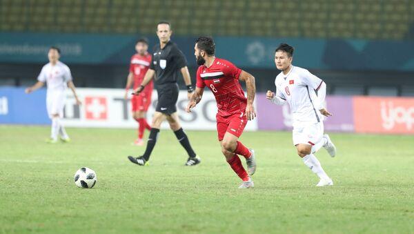 Pha tranh bóng của cầu thủ Anez Mouhamad (Olympic Syria). - Sputnik Việt Nam