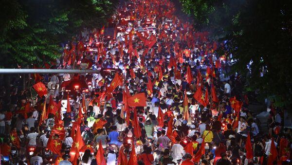 ASIAD 2018: Hàng nghìn cổ động viên Hà Nội xuống đường cổ vũ Olympic Việt Nam vào Bán kết - Sputnik Việt Nam