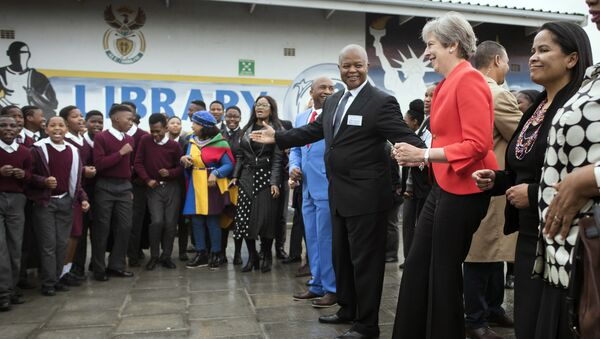 Thủ tướng Anh Theresa May quyết định tham gia vào điệu nhảy của các học sinh trung học ở Cape Town - Sputnik Việt Nam