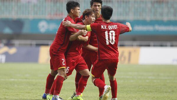 Cầu thủ Minh Vương và đồng đội ăn mừng bàn thắng ghi vào lưới Olympic Hàn Quốc. - Sputnik Việt Nam