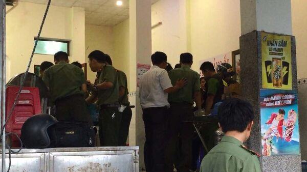 Các lực lượng chức năng khám xét nơi ở của đối tượng Lê Quốc Bình. - Sputnik Việt Nam