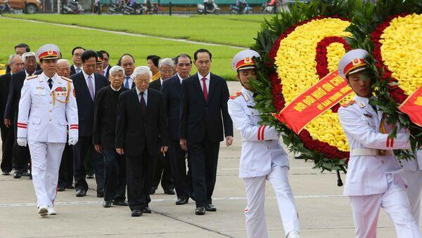 Đoàn đại biểu Đảng, Nhà nước đến đặt vòng hoa và vào Lăng viếng Chủ tịch Hồ Chí Minh. - Sputnik Việt Nam