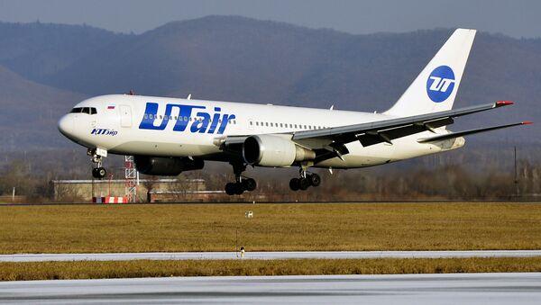 Самолет Boeing 767-200 авиакомпании ЮТэйр во время посадки в аэропорту Владивостока - Sputnik Việt Nam