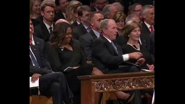Các nhiếp ảnh gia chớp được khoảnh khắc ngọt ngào tại lễ tang của ông McCain - Sputnik Việt Nam