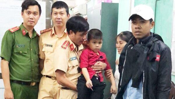 Người thân vui mừng nhận lại cháu bé từ lực lượng công an - Sputnik Việt Nam