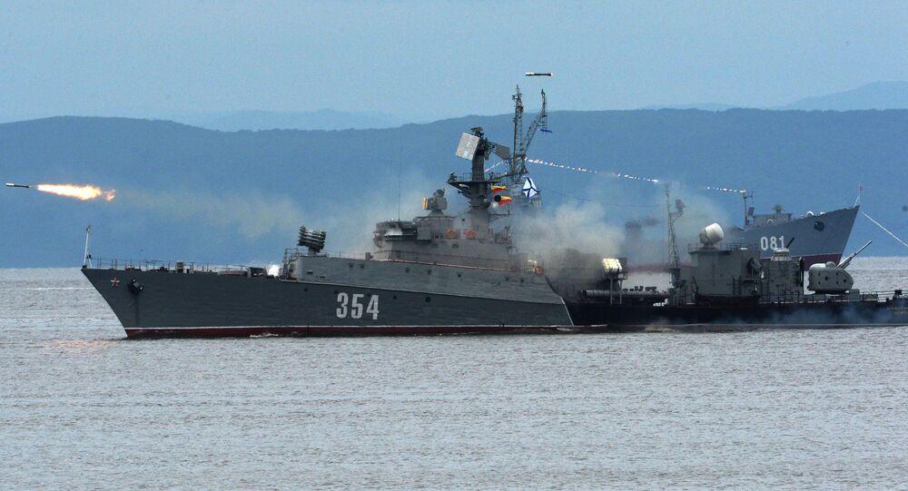 Chiến hạm cỡ nhỏ chống tàu ngầm trong cuộc diễu hành tại Vladivostok nhân kỷ niệm Ngày Hải quân Nga.