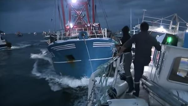 Кадр из видео столкновения французских и британских рыбаков из-за спора за границы промысла в Ла-Манше - Sputnik Việt Nam