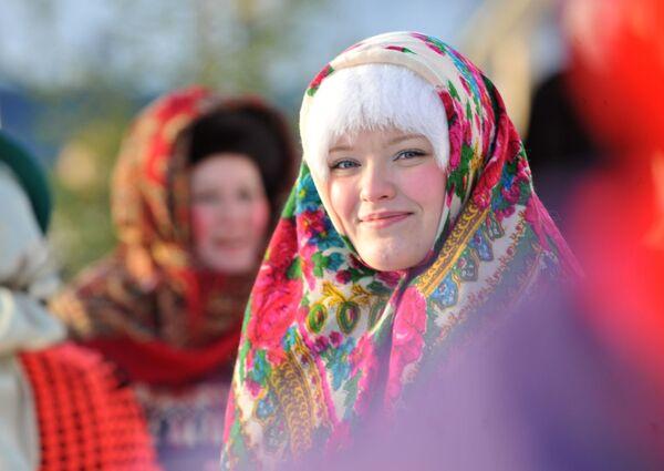 Nga - những cô gái có mái tóc hạt dẻ sáng hoặc vàng, đôi mắt sáng và thoáng hồng trên má. Trong ảnh: nữ thành viên tham gia trình diễn trang phục tại Hội chợ Giáng sinh. - Sputnik Việt Nam