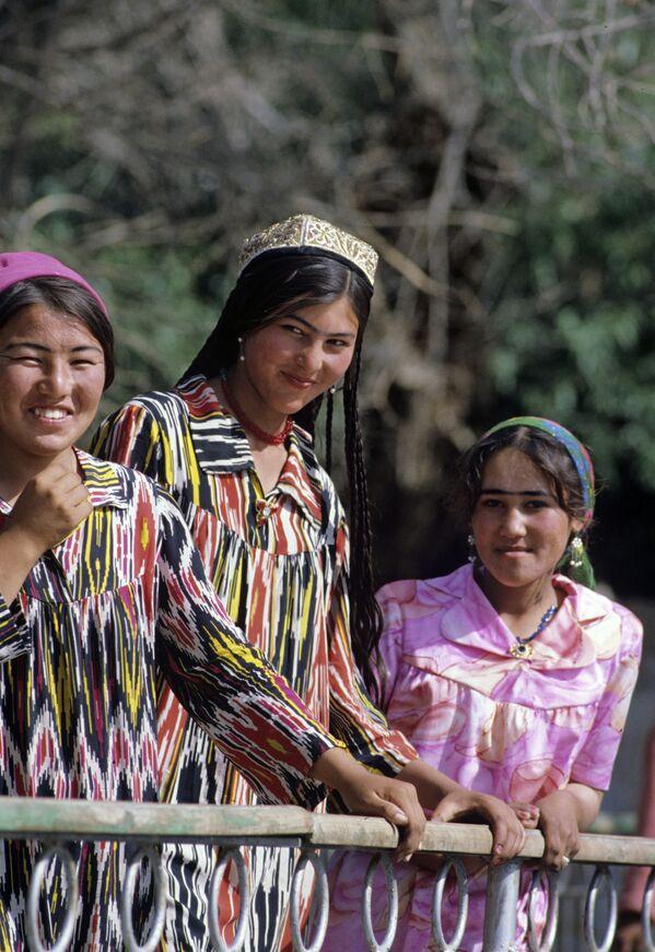 Tajikistan – Đôi lông mày giao nhau là một trong những biểu hiện của sắc đẹp. - Sputnik Việt Nam