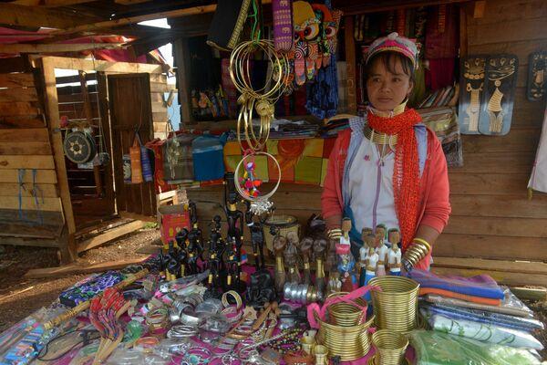Thái Lan và Miến Điện – Cổ dài vươn như hươu cao cổ là tiêu chuẩn sắc đẹp đối với chị em bộ tộc Kaya. Trong ảnh: Người phụ nữ Kaya ở Myamnar. - Sputnik Việt Nam