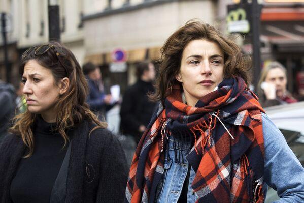 Pháp – Sắc đẹp phải là tự nhiên. Trong ảnh: cô gái Paris gần nhà hát Bataklan, nơi từng xảy ra cuộc tấn công khủng bố. - Sputnik Việt Nam