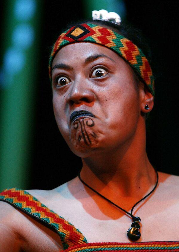 New Zealand – Xinh đẹp nhất là những người phụ nữ với môi và cằm có hình xăm, đôi môi màu xanh. Trong ảnh: Một phụ nữ từ bộ tộc Maori ở New Zealand say sưa trong vũ điệu - Sputnik Việt Nam