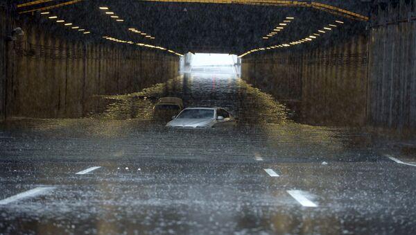 Chiếc ô tô bị chìm trong nước lụt - Sputnik Việt Nam