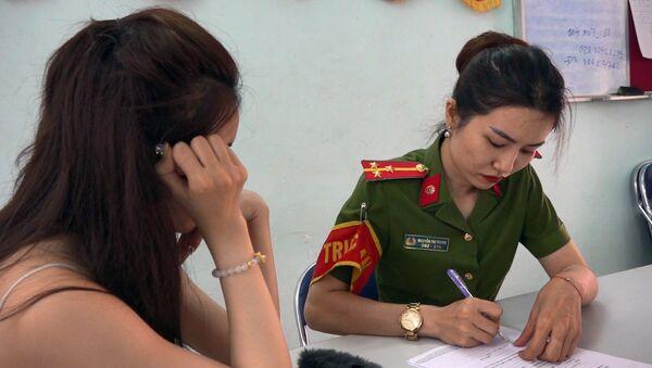 Công an lấy lời khai của gái bán dâm bị bắt quả tang. - Sputnik Việt Nam