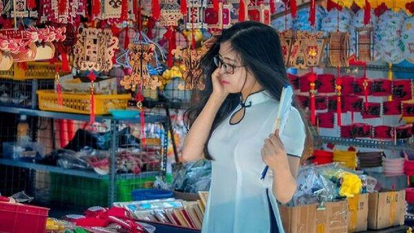 Nhiều bạn trẻ diện áo dài, tranh thủ đến Thiên đường lồng đèn chụp ảnh kỷ niệm. - Sputnik Việt Nam