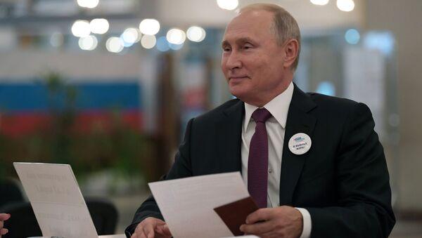 Tổng thống Nga Vladimir Putin đã tới điểm bầu cử để bỏ phiếu bầu thị trưởng thành phố Matxcơva - Sputnik Việt Nam