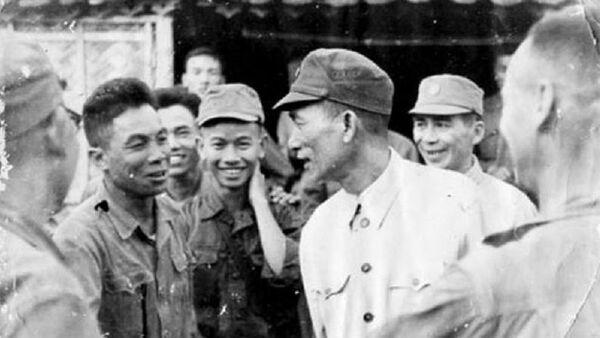 Trung tướng Vương Thừa Vũ - Phó Tổng Tham mưu trưởng (mặc áo trắng hàng trên) về thăm Trung đoàn Thủ đô. - Sputnik Việt Nam