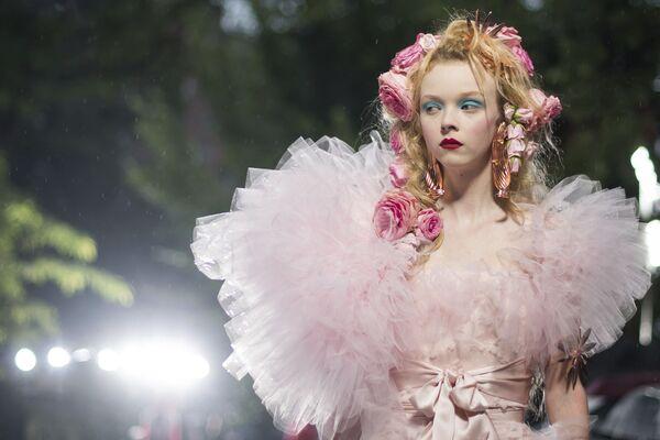 Người mẫu trình bày bộ sưu tập thương hiệu Rodarte tại Tuần lễ thời trang ở New York, Hoa Kỳ - Sputnik Việt Nam