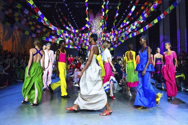 Người mẫu trình bày bộ sưu tập của nhà thiết kế thời trang The Prabal Gurung tại Tuần lễ thời trang ở New York, Hoa Kỳ - Sputnik Việt Nam