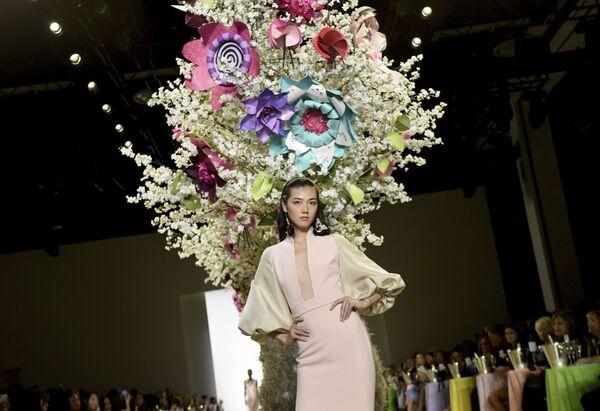 Người mẫu trình bày bộ sưu tập thương hiệu Badgley Mischka tại Tuần lễ thời trang ở New York, Hoa Kỳ - Sputnik Việt Nam
