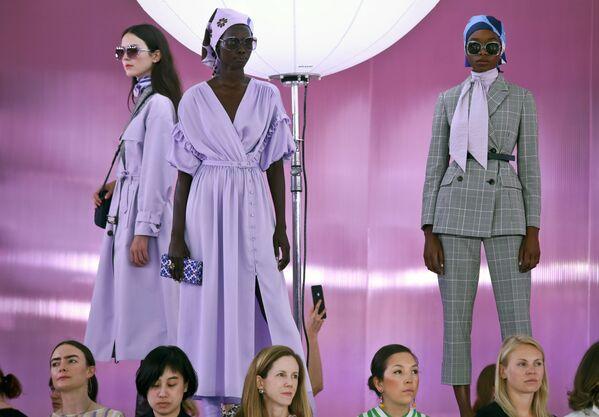 Người mẫu trình bày bộ sưu tập của nhà thiết kế thời trang Kate Spade tại Tuần lễ thời trang ở New York, Hoa Kỳ - Sputnik Việt Nam