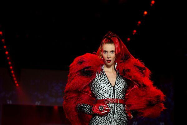 Người mẫu trình bày bộ sưu tập của nhà thiết kế The Blonds tại Tuần lễ thời trang ở New York, Hoa Kỳ - Sputnik Việt Nam
